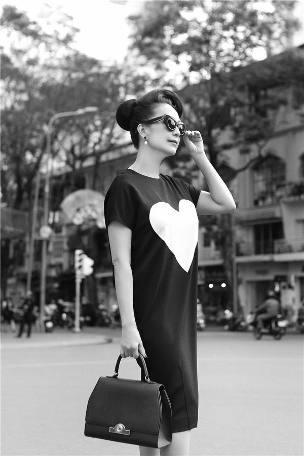 Chiếc váy phomrộng này được Diễm My khá yêu thích bởi sự trẻ trung, hiện đại. Thiết kế vẫn được tạo điểm nhấn bằng họa tiết trái tim tương phản tông màu nhưng với kích cỡ to.