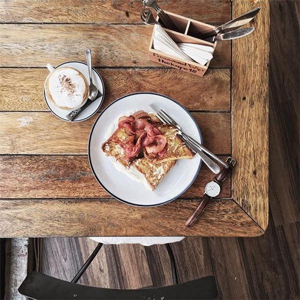 """Với ánh sángdịu nhẹvà lối chụp """"flatlay"""" thời thượng, đã giúp những hình ảnh chụp đồ ăn của anh đẹp không thua gì tạp chí hay blog ẩm thực nước ngoài. (Ảnh Internet)"""