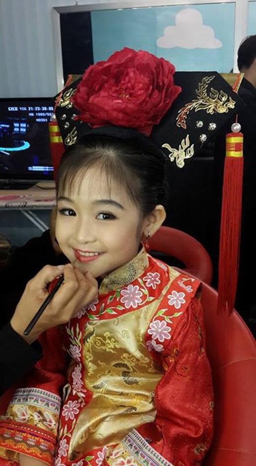 Hình ảnh hậu trường đáng yêu của Tiểu Yến Tử nhí. (Ảnh: Internet)