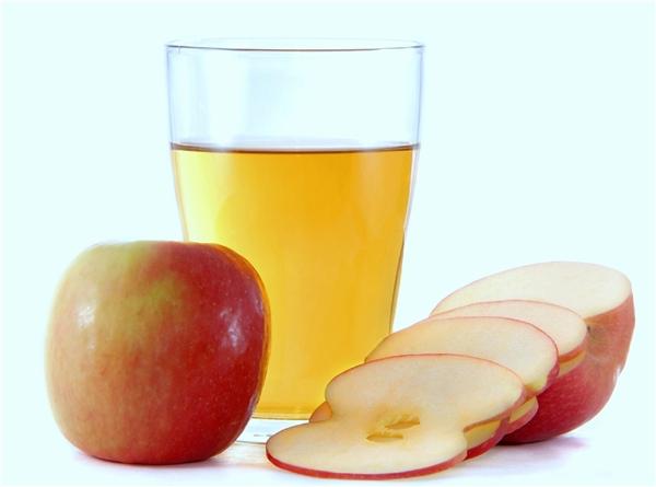 Hãy dùng 2 thìa giấm táo hòa với một cốc nước. Dùng dung dịch này thay thế cho dầu xả thường dùng của bạn. Ủ sơ tóc trong vòng 5 – 10 phút và xả sạch với nước. Những axit alpha-hydroxy trong giấm táo sẽ có tác dụng cân bằng độ pH cho tóc, giúp loại bỏ các hóa chất độc hại và giúp sợi tóc mềm mại, chắc khỏe.