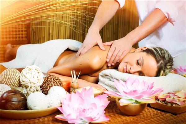 """Bỏlotion vào lò vi sóng hoặc hấp cách thủy để đạt nhiệt độ ấm. Thoa lotion toàn thân và massage nhẹ nhàng để tận hưởng cảm giác làn da được """"no đủ"""" dưỡng chất."""