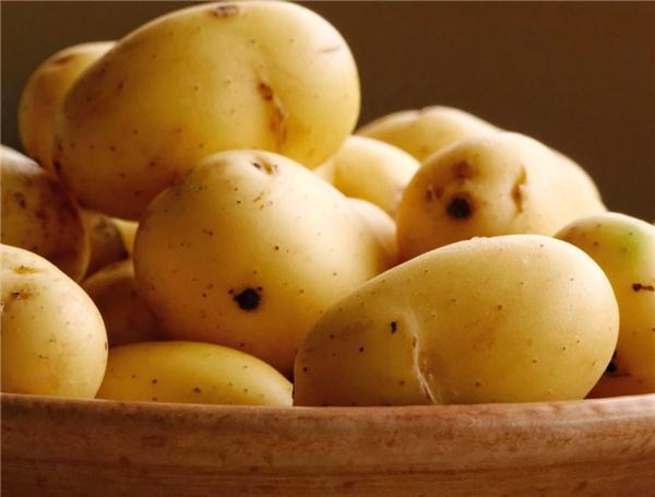 """Trữ sẵn một ít khoai tây tươi trong tủ lạnh nhà bạn để """"xuất chiêu"""" giúp đôi mắt giảm sưng và quầng thâm sau một đêm thức trắng. Chỉ cần sử dụng 2 lát khoai mỏng đắp ở phần bọng mắt sẽ giúp mắt bạn bớt sưng hơn."""