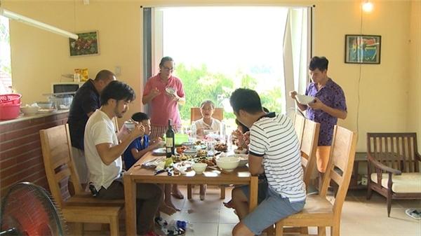 Các ông bố và các bé vui vẻ thưởng thức bữa ăn. Tập 28 của Bố ơi, mình đi đâu thế? được phát sóng vào 12 giờngày 19/12. - Tin sao Viet - Tin tuc sao Viet - Scandal sao Viet - Tin tuc cua Sao - Tin cua Sao