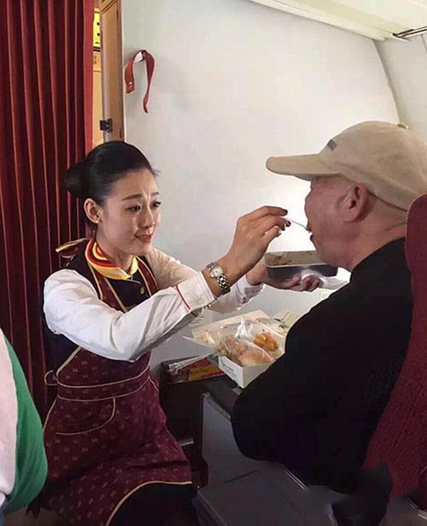 Hình ảnh cô Phàn Tuyết Tùng quỳ gối đút cơm cho cụ già 71 tuổi gây xúc động mạnh. (Ảnh: Internet)