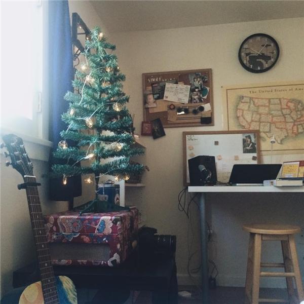 Cô trang trí phòng kí túc xá với cây thông nhỏ lấp lánh. - Tin sao Viet - Tin tuc sao Viet - Scandal sao Viet - Tin tuc cua Sao - Tin cua Sao