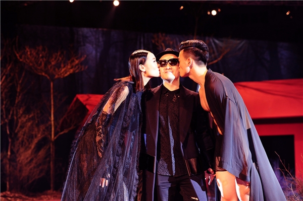 Và càng bất ngờ hơn khi người mẫu chào kết cùng Đỗ Mạnh Cường lại là Trang Khiếu. Cô và chàng thơ Lê Xuân Tiền đã không ngần ngại hôn má, âu yếm nhà thiết kế Đỗ Mạnh Cường trên sân khấu.