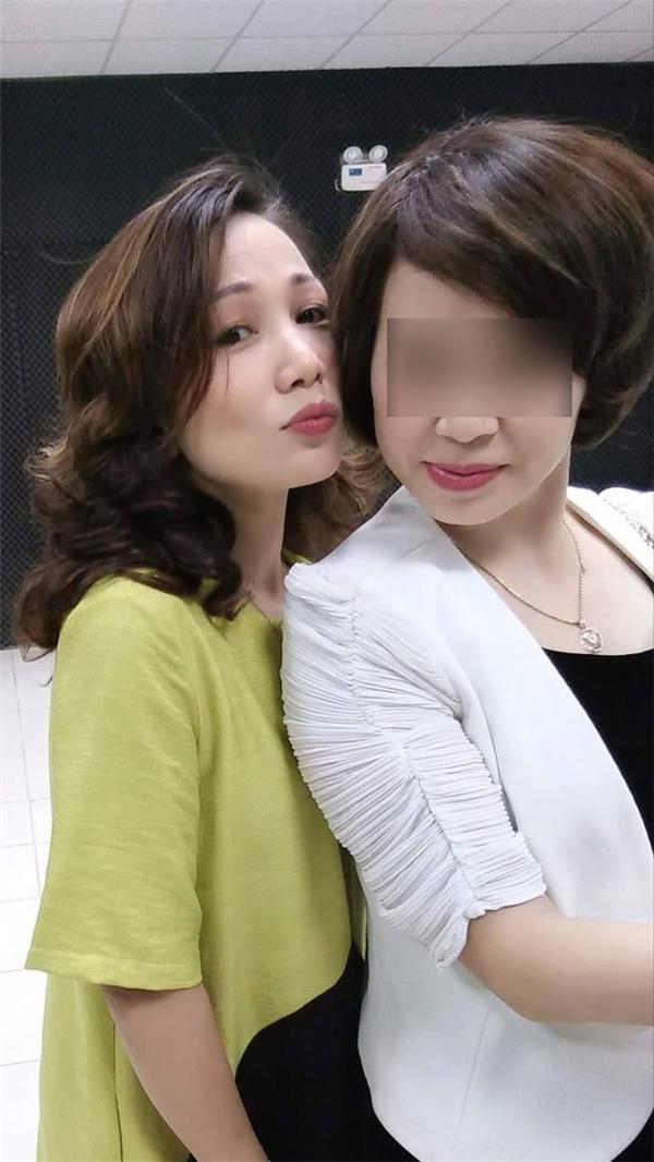Bà mẹ hai con Lê Thị Bích Hạnh trong một bức ảnh chụp với bạn mình. (Ảnh: Internet)  Trẻ trung và duyên dáng. (Ảnh: Internet)  Một hình ảnh của Nguyễn Thị Huyền Trang. (Ảnh: Internet)