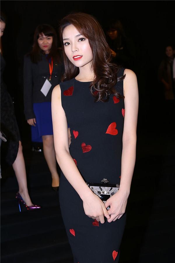 Người đẹp 20 tuổi chọn diện bộ váy bodycon ôm sát khoe đường cong trên cơ thể. Thiết kế tạo điểm nhấn bởi họa tiết trái tim được thực hiện bằng phương pháp thêu thủ công. Sắc đỏ nồng nàn càng làm tăng thêm sự nổi bật, thu hút cho Hoa hậu Việt Nam 2014.