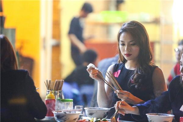 Sau đó, người đẹp gốc Nam Định tranh thủ đi ăn tối cùng mẹ.