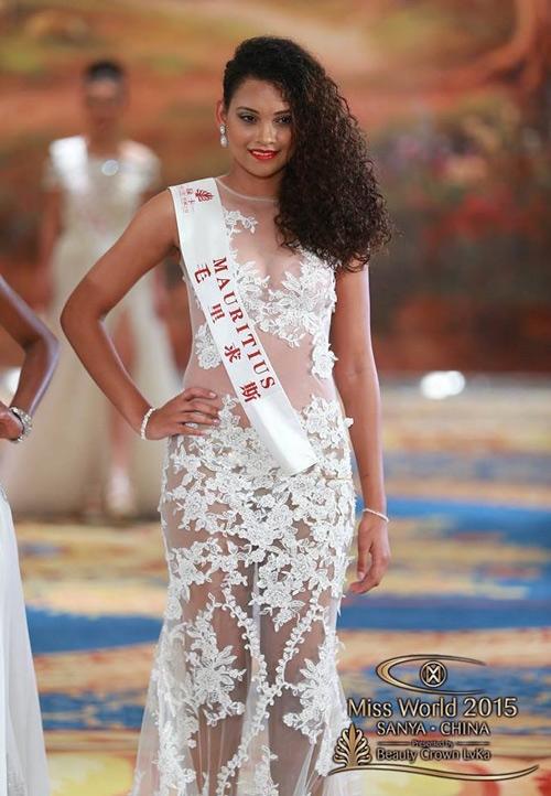 Xu hướng xuyên thấu không phải lúc nào cũng mang đến sự gợi cảm cho người mặc và chiếc váy của đại diện Mauritius là một ví dụ