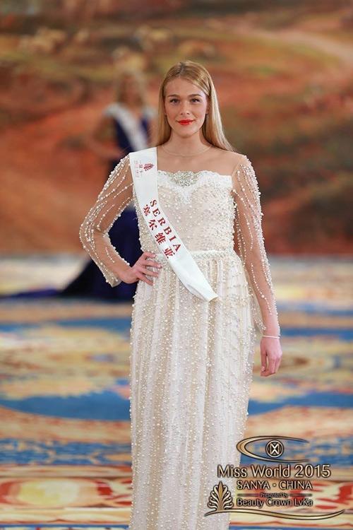 Chất liệu mỏng, kiểu dáng không ôm sát lại thêm thiết kế đính cườm của chiếc váy này đã làm thân hình của thí sinh Serbia trông béo và thô kệch