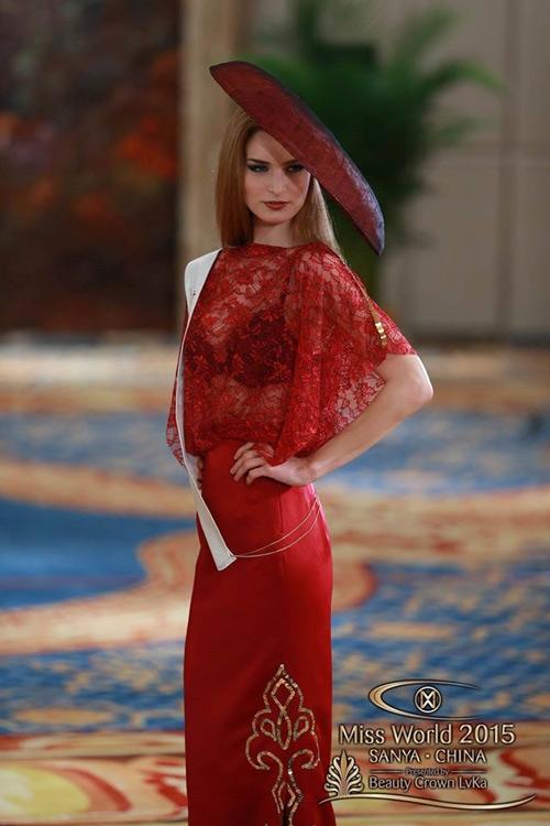Chưa nói đến thiết kế, riêng cách mặc nội y đen với áo xuyên thấu màu đỏ đã khiến cô gái này trở nên thiếu tinh tế trong mắt ban giám khảo