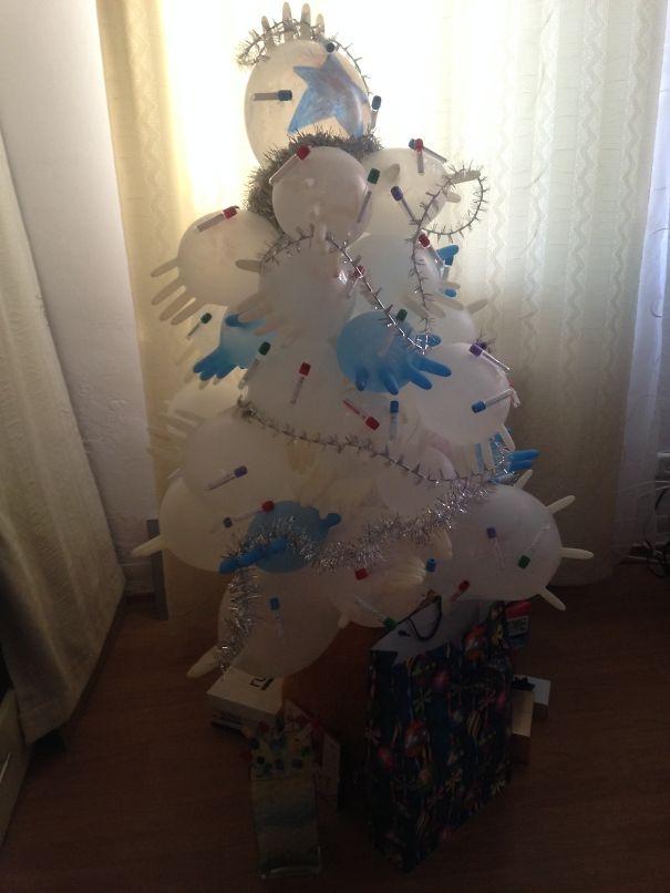 Những cây thông Noel được làm bằng găng tay y tế. Quá ấn tượng phải không nào? (Ảnh: Bored Panda)