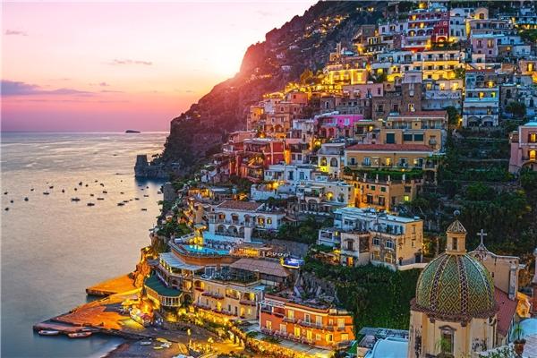 Thành phố Positano, Ý là điểm du lịch yêu thích của nhiều ngôi sao nổi tiếng trên thế giới. Đến đây, sự phối hợp của các màu chủ đạo như trắng, hồng, vàng trên nền xanh của biển khơi, nhà cửa san sát nhau, những con phố nhỏ giản dị sẽ làm du khách quyến luyến mãi không muốn về.(Ảnh: Internet)