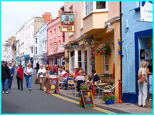 Vào sâu một chút sẽ gặp những con đường lát sỏi dẫn lối đến nhà hàng, quán cà phê, quán rượu và bức tường có từ thời trung cổ vẫn sừng sững đến ngày nay.(Ảnh: Internet)