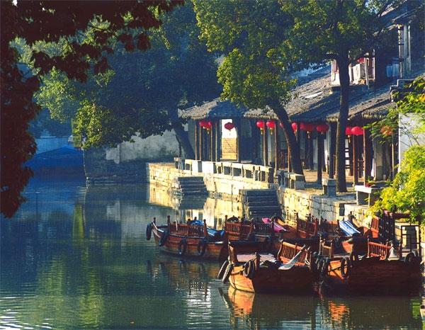 Cách Tô Châu 18km là thị trấn kênh đào Tongli rất đỗi nên thơ và bình dị, được thành lập vào thế kỉ 9. Tongli với cảnh quan là một thị trấn bên những con kênh đào cùngthời tiết đẹp và cácngôi nhà vẫn giữ được vẻ bề ngoài cổ kính, bức tường thẳng đứng trơ mình cùng thời gian, mái ngói lợp đen sậm, ngõ sỏi hun hút… làm bao người say đắm.(Ảnh: Internet)