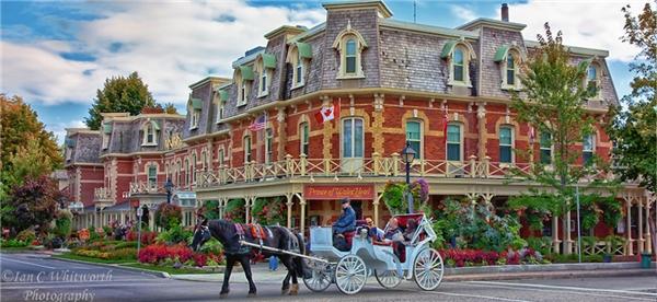 Thị trấn Niagara ở bang Ontario, Canada còn cả những cỗ xe ngựa đậm chất cổ xưa và các quán trọ xinh xắn.(Ảnh: Internet)
