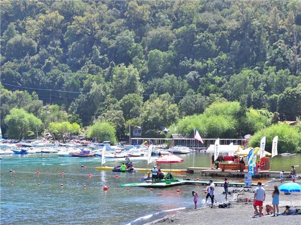 Nằm nép mình cạnh hồ Villarrica của Chile, thành phố Pucón là một điểm du lịch nổi tiếng nhờ những bãi biển cát đen tuyệt đẹp, trượt tuyết rồi thư giãn trong hồ bơi nước nóng cực sảng khoái.(Ảnh: Internet)
