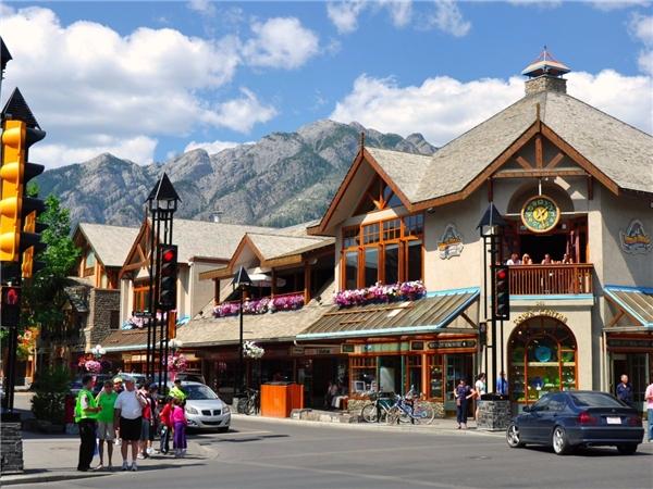 Thị trấn Banff thuộc Vườn quốc gia Banff ở Canada là một địa điểmtrượt tuyết cũng khá nổi tiếng, với hơn 200 quán cà phê và nhà hàng hoạt động cả năm.(Ảnh: Internet)
