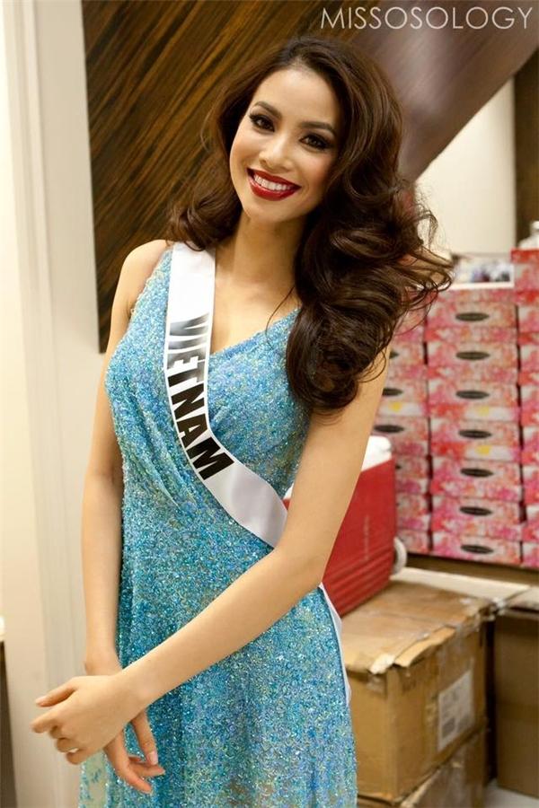 Trong chùm ảnh chính thức của các thí sinh, Phạm Hương chọn diện bộ váy màu xanh nhạt được thực hiện bằng kĩ thuật đính kết công phu của nhà thiết kế Lê Thanh Hòa. Cô chọn kiểu trang điểm đậm với màu môi đỏ rượu nồng nàn, quyến rũ.