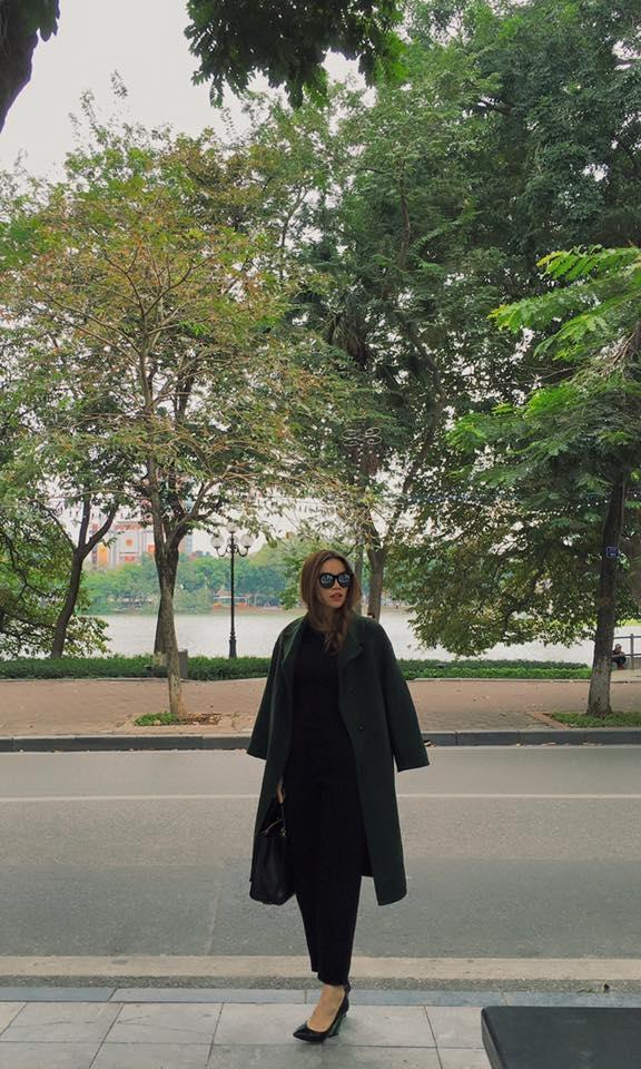 Trong tiết trời lạnh của Hà Nội, Hồ Ngọc Hà chọn diện cả cây đen đơn giản đi kèm chiếc áo măng tô khoác ngoài. Sắc xanh cổ vịt giúp tổng thể trở nên sang trọng, thu hút và đôi chút lạ mắt. Đây cũng chính là một trong những gợi ý thú vị mà các quý cô nênthử trong mùa đông năm nay.