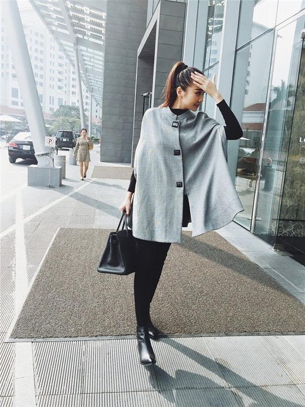 Hai hình ảnh của Thanh Hằng khi cùng diện áo khoác: một thanh lịch, cổ điển với dáng áo dài cùng màu be nhạt vàmột trẻ trung, sang trọng với dạng áo tay cape cùng sắc trắng xám hợp mốt.