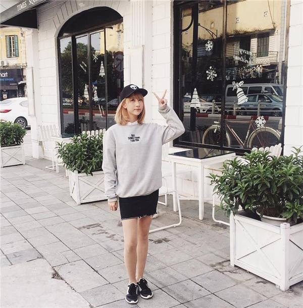 Bộ trang phục kết hợp chân váy midi rách bươm cùng áo khoác phom rộng của Quỳnh Anh Shyn vừa thể hiện được nét điệu đàvàvừa hiện đại, cá tính. Vốn yêu thích sự năng động, trẻ trung, giày thể thao hay mũ lưỡi trai bằng da luôn là người bạn đồng hành đáng yêu của cô nàng.