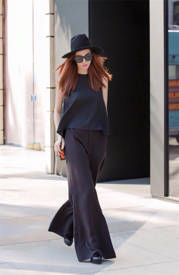 Khánh My diện cả cây đen theo phong cách cổ điển kết hợp giữa quần ống loe cùng áo dáng rộng.