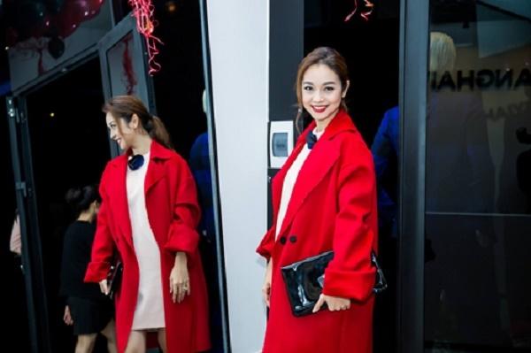 Jennifer Phạm nổi bật với sắc đỏ thắm.