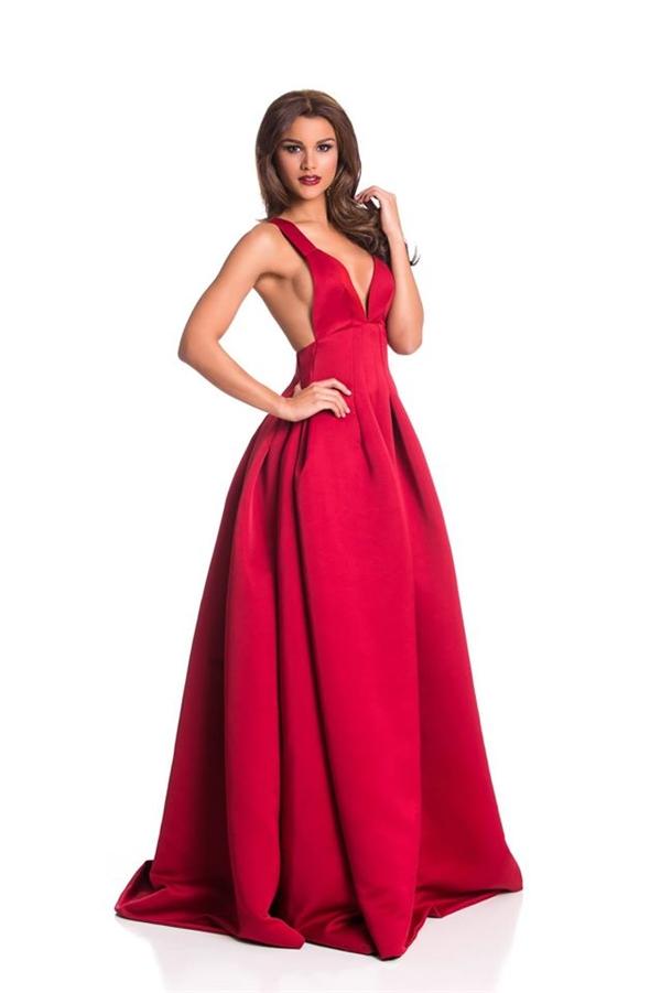 Bộ váy đơn giản của đại diện Cộng hòa Dominica tạo điểm nhấn bởi chi tiết cut-out sau lưng táo bạo. Cô cũng là thí sinh thân thiết nhất với Phạm Hương. - Tin sao Viet - Tin tuc sao Viet - Scandal sao Viet - Tin tuc cua Sao - Tin cua Sao