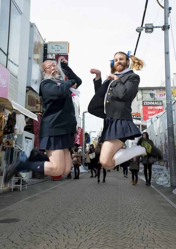 Ông Hiedaki Kobayashi vô tư mặc quần áo thủy thủ đi khắp nơi. (Ảnh: Interntet)