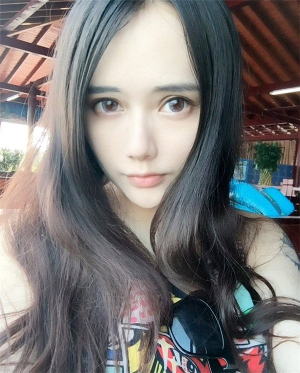 Mĩ nhân sinh năm 1994 hiện đang theo họcngành Tài chính của đại học Hồ Nam, Trung Quốc hệ chính quy.