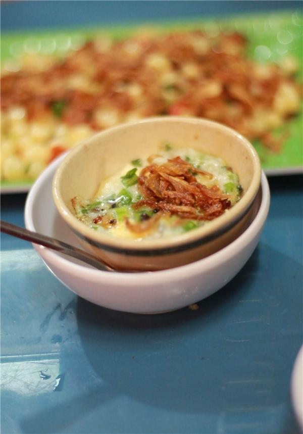 """Là một món """"ăn chơi"""" nổi tiếng của đất Phan Rang, chén trứng nướng đang dần chiếm được thiện cảm của giới trẻ Sài Gòn vì giá rẻ, dễ ăn và dễ """"gây nghiện"""". Với giá 4.000 đồng/chén, phần trứng nướng có thêmhành phi, hành lá, ăn kèm với nước mắm tiêu nóng hôi hổi sẽ làm bạn chỉ muốn ăn hoài cho đến lúc no căng.(Ảnh: Internet)"""