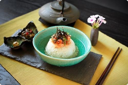 """Bạn có """"dám"""" chan nước trà vào cơm và ăn một cách ngon lành không? Những tưởng công thức này bất khả thi và quái lạ nhưng người Nhật lại ăn như vậy đấy. Cơm trộntrà xanh gồm có cơm nóng, rong biển, cá hồi, thịt heo, mơ muối và đương nhiên không thể vắng mặt thành phần nước trà xanh nóng.Khi ăn, chỉ việc chan nước trà vào như canh và trộn đều lên. Thêm một chútớt hay wasabi, vị độc lạ và hài hòa đến khó tin của món cơm """"kì cục"""" này lại càng làm bạn ngạc nhiên hơn nữa.(Ảnh: Internet)"""