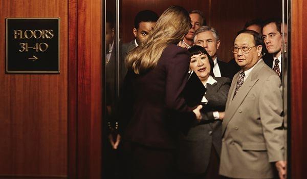 Không gian trong thang máy không đủ lớn để thuận tiện giao tiếp. (Ảnh: Internet)