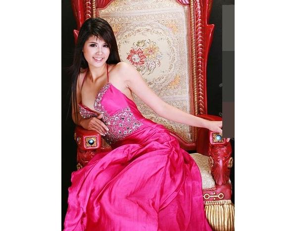 Sau đó một năm, áhậu Minh Thu chọn thiết kế khá gợi cảm với màu hồng sặc sỡ làm trang phục dạ hội chính thức.