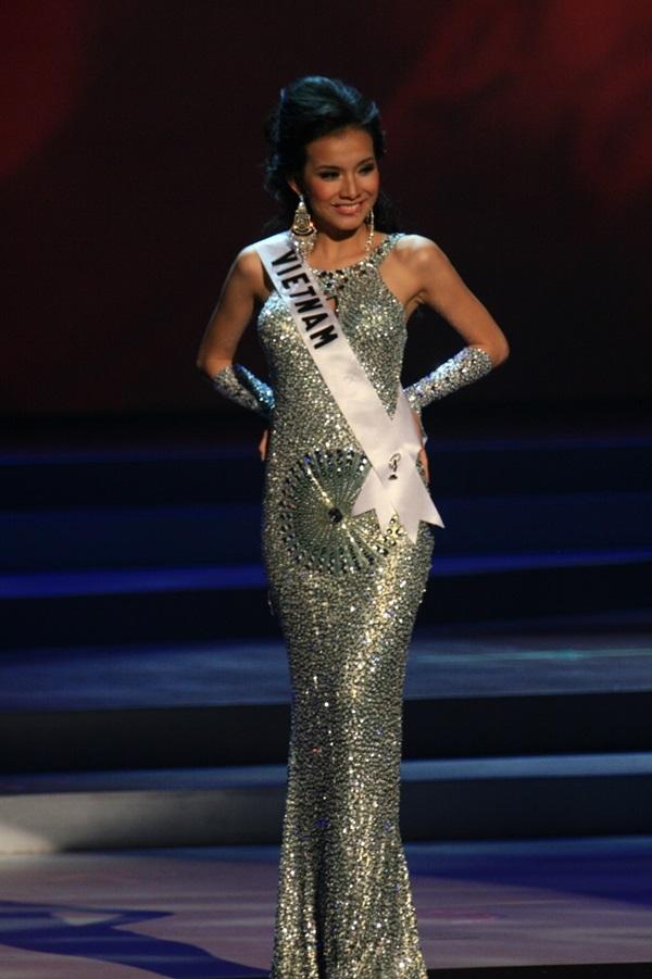 Năm 2008, Thùy Lâm chọn diện bộ váy ánh kim màu bạc ôm sát khoa đường cong cơ thể trên sân khấu chung kết Miss Universe. Mặc dù có số đo ba vòng khá nổi trội nhưng chiều cao 1m70 lại là hạn chế của đại diện Việt Nam.