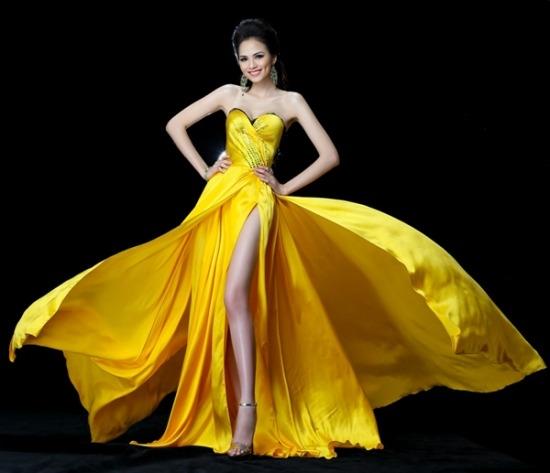 Sắc vàng sặc sỡ giúp Diễm Hương tỏa sáng tại Miss Universe 2012.