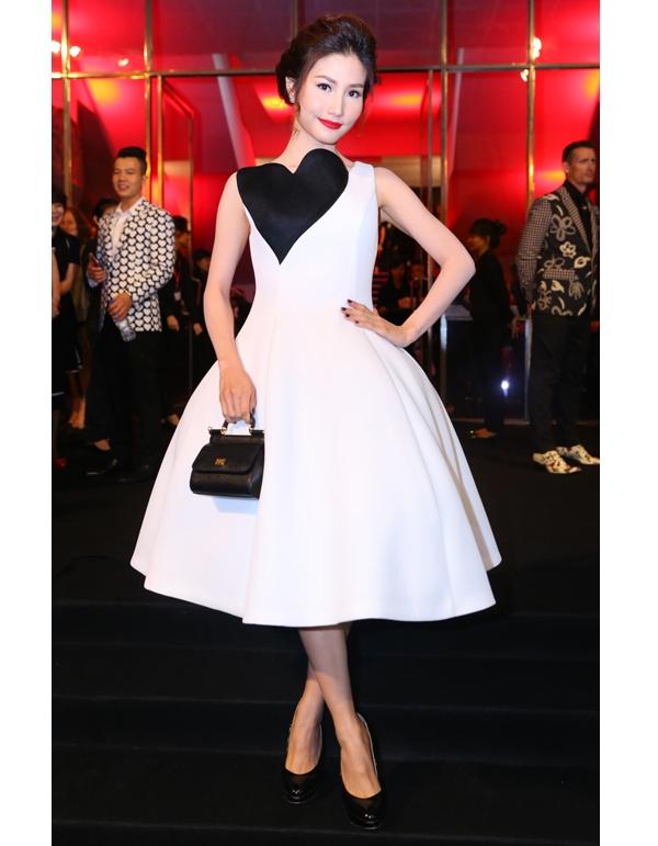 Nữ diễn viên xinh đẹp Diễm My 9X diện bộ váy xòe trắng được dựng phom ở chân váy khá cầu kì bằng những đường ghép nối tinh tế. Điểm nhấn được tạo nên bằng chi tiết tim đen to bản ngay ngực váy.
