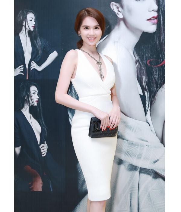 Ngọc Trinh khoe dáng đồng hồ cát trong bộ váy trắng ôm sát xẻ ngực sâu. Cô kết hợp bộ trang phục cùng dây đeo cổ và ví cầm tay nhỏ xinh của Chanel có giá hơn 20 triệu đồng.