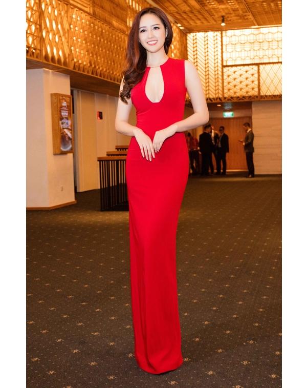 Mai Phương Thúy luôn trung thành với phong cách thời trang gợi cảm trong mỗi lần xuất hiện trước công chúng. Bên cạnh thiết kế xẻ ngực sâu hút, ôm sát cơ thể, sắc đỏ ruby giúp người đẹp không thể hòa lẫn vào đâu.