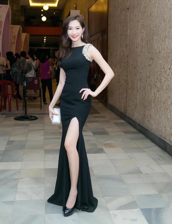 Hoa hậu Đặng Thu Thảo diện bộ váy đen khá đơn giản khi tham dự đêm chung kết một cuộc thi sắc đẹp dành cho sinh viên. Chính sự thanh lịch, sang trọng cùng vẻ ngoài nhẹ nhàng, thanh thoát luôn giúp người đẹp 24 tuổi ghi điểm tuyệt đối.