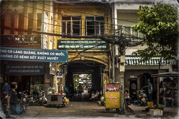 Có thể thấy, từng góc đường, từng con phố nơi mảnh đất Sài thành bỗng trở nên bình yên, giản dị đếnlạdưới ống kính của nhiếp ảnh gia người Pháp.(Ảnh: Internet)