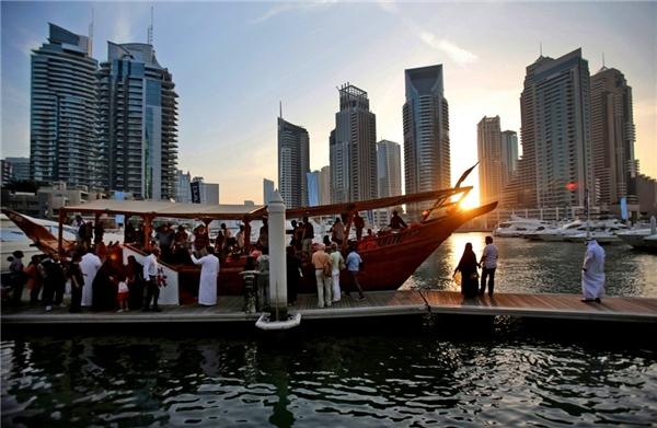 Chuyến du thuyền chiều hoàng hôn quanh vịnh Marina trước bữa tối của các du khách.