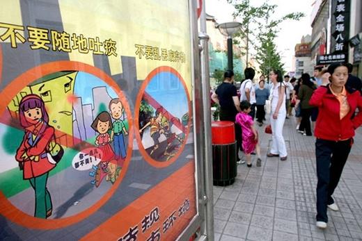 Nhổ nước bọt ở Trung Quốc: Việc nhổ nước bọt nơi công cộng không có gì lạ ở Trung Quốc. Tuy nhiên, chính phủ đã có nhiều động thái để thay đổi người dân khi du khách Trung Quốc gây mất thiện cảm do thực hiện hành vi này ở nước ngoài. Ảnh: Teh Eng Koon/AFP.