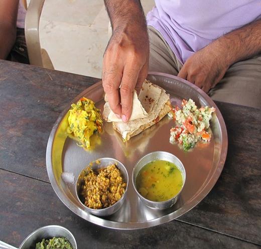 Ăn bốc ở Ấn Độ: Tại quốc gia này, việc ăn bằng tay phải là chuyện thường ngày. Thậm chí, ở một số vùng, ăn bốc còn được coi là lịch sự hơn ăn bằng dao dĩa, thìa, đũa. Ảnh: Reducetalwalkars/Wordpress.