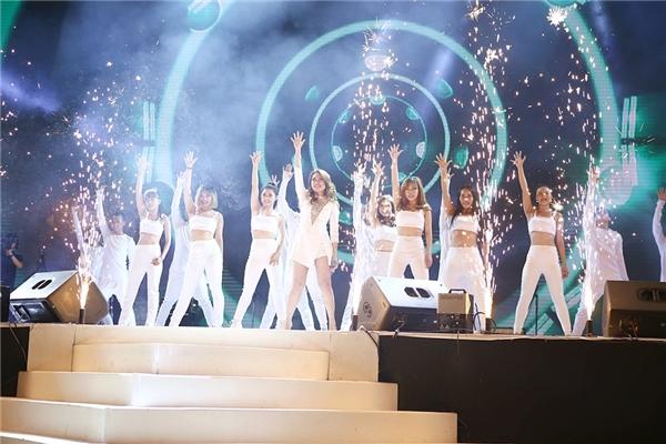 Màn trình diễn ấn tượng và đầy máu lửa của Mỹ Tâm đã khép lại đêm đại nhạc hội. - Tin sao Viet - Tin tuc sao Viet - Scandal sao Viet - Tin tuc cua Sao - Tin cua Sao