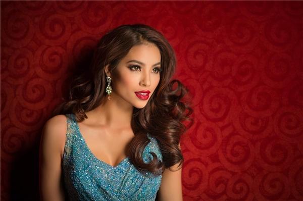 Trên hình ảnh chính thức của Phạm Hương tại cuộc thi năm nay, cô diện bộ váy màu xanh nhạt nhưng lại kết hợp cùng kiểu trang điểm đậm với màu môi đỏ thẫm hợp mốt trong mùa thời trang Thu - Đông.