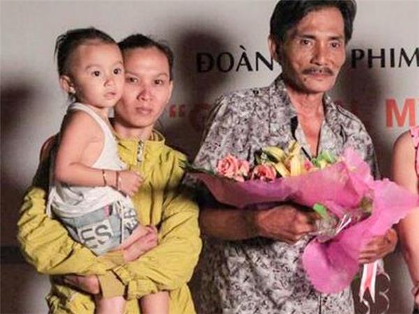 Thương Tín cùng người vợ trẻ và đứa con gái 2 tuổi - Tin sao Viet - Tin tuc sao Viet - Scandal sao Viet - Tin tuc cua Sao - Tin cua Sao