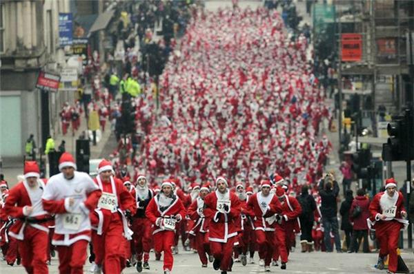 Đường chạy Santarun được tổ chức vào ngày chủ nhật đầu tiên hoặc ngày chủ nhật thứ hai trong tháng 12.(Ảnh: Internet)